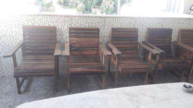 Tenho 6 cadeiras de madeira maciça