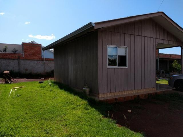 Terreno murado com casa de madeira - Foto 3