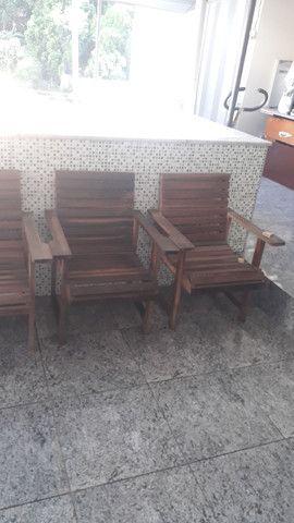 Tenho 6 cadeiras de madeira maciça  - Foto 2
