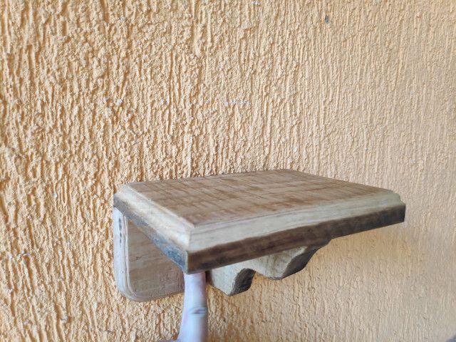 Suporte de madeira rústica para oratório