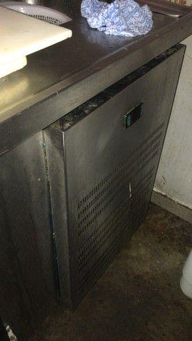 Bancão refrigerador de 4 portas e pia