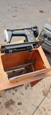 Maquina singer antiga com gabinete - ENTREGO  - Foto 5