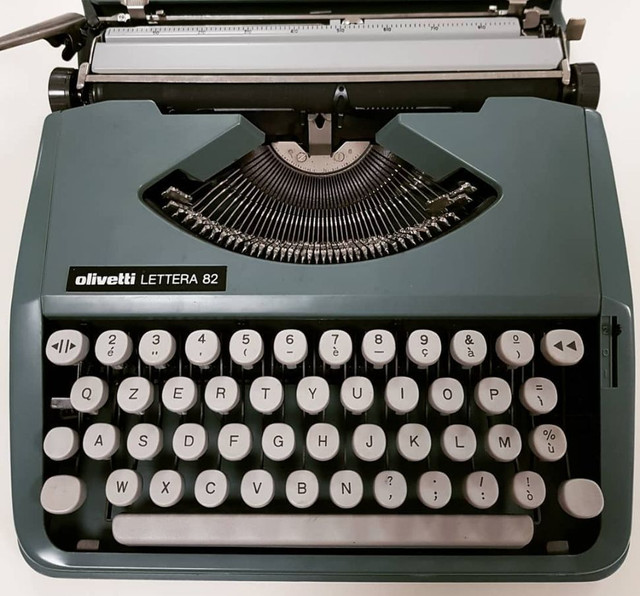 Olivetti linda na cor verde Maquina de datilografia antiga - antiguidade