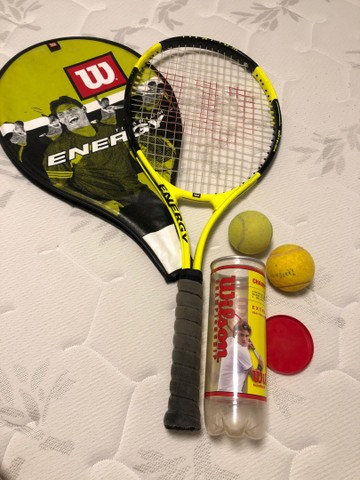 Raquete Wilson titanium Energy e bolas de tênis