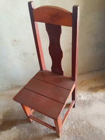 Vendo 52 cadeira de madeira