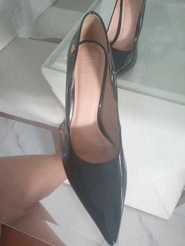 Sapato Scarpin Preto Vernizado número 43 (Usado apenas 1x) - Foto 2