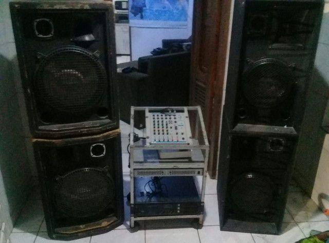 Mesa de som com caixas de som