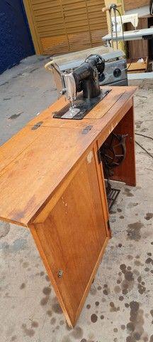 Maquina singer antiga com gabinete - ENTREGO  - Foto 3