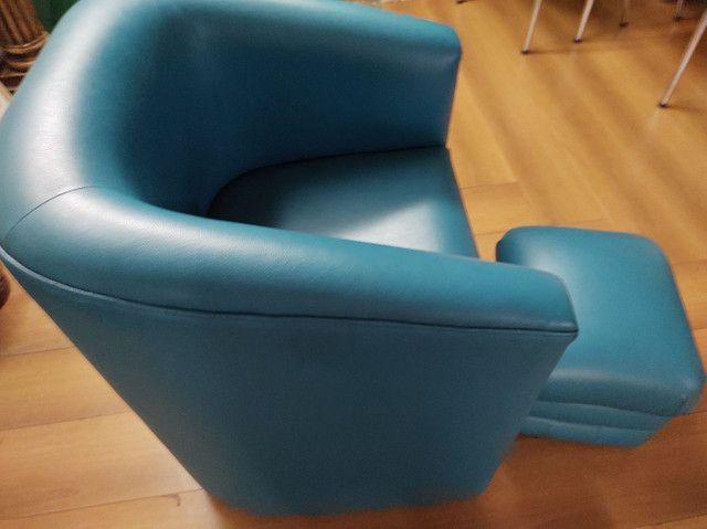 Poltrona com Puff p apoio dos pés - azul em corino- em perfeito estado - pouco uso - Foto 3