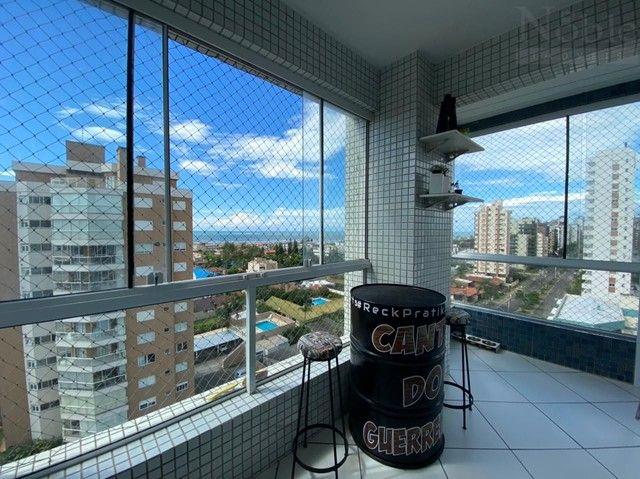 Apartamento com sacada ampla e vista para o mar e rio - Foto 7
