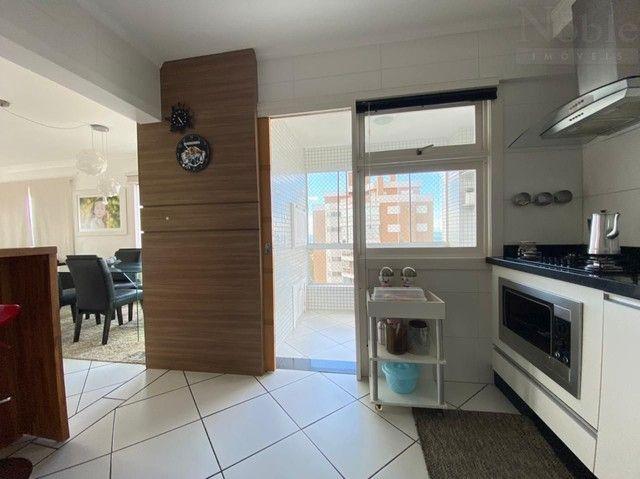 Apartamento com sacada ampla e vista para o mar e rio - Foto 12