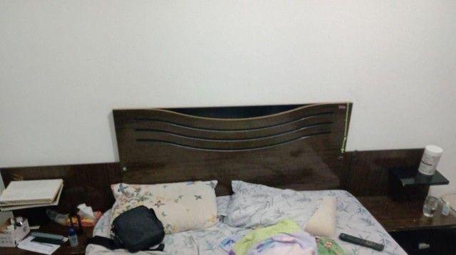 Cabeceira de cama com criadinhos