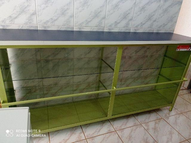Balcão com partilera de vidro