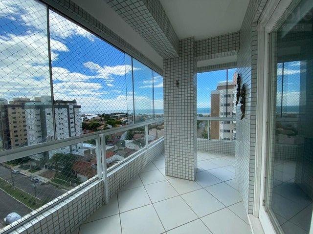 Apartamento com sacada ampla e vista para o mar e rio - Foto 3