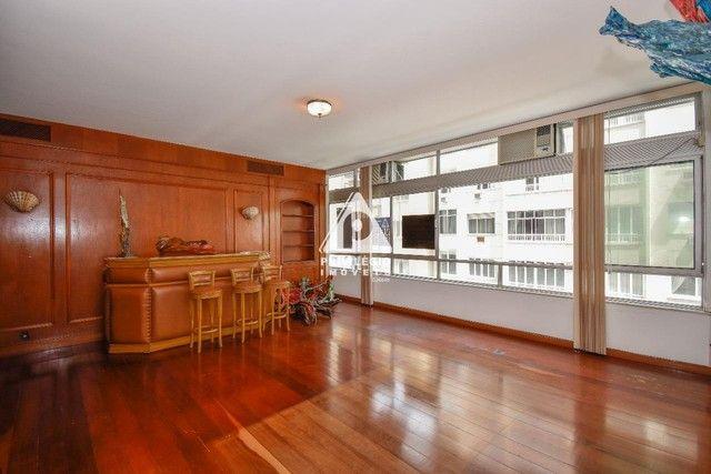 PRIVILÉGIO IMÓVEIS vende : Excelente apartamento na quadra da praia de Copacabana