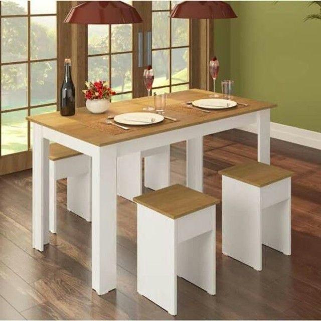 mesa com 4 baquinhos