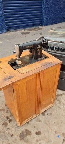 Maquina singer antiga com gabinete - ENTREGO  - Foto 4