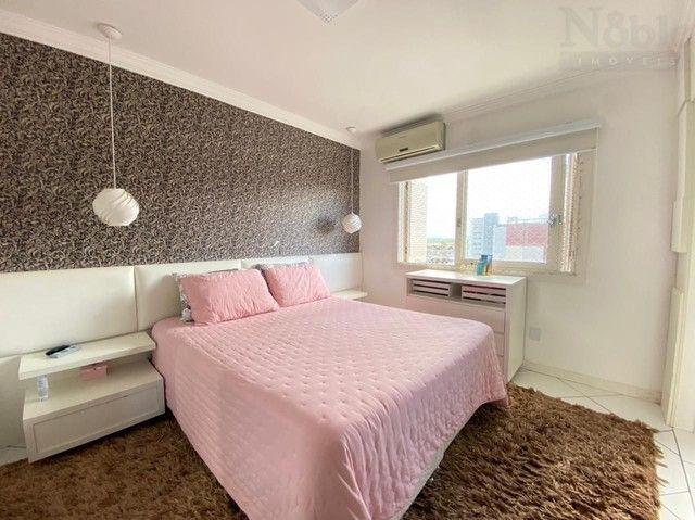 Apartamento com sacada ampla e vista para o mar e rio - Foto 17