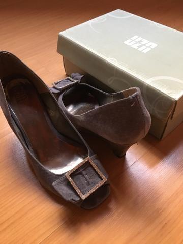 1a478580d9 Sapato de Camurça Cinza com fivela em Strass - Roupas e calçados ...