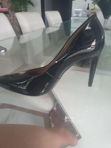 Sapato Scarpin Preto Vernizado número 43 (Usado apenas 1x) - Foto 3