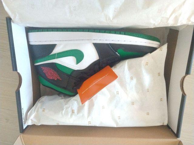 Tênis Nike Air Jordan 1 mid Green Toe - Foto 2