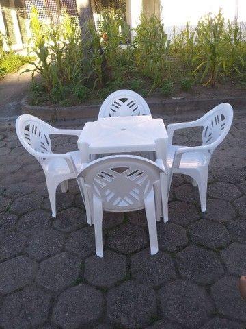 Conjunto de mesa com cadeiras em plástico