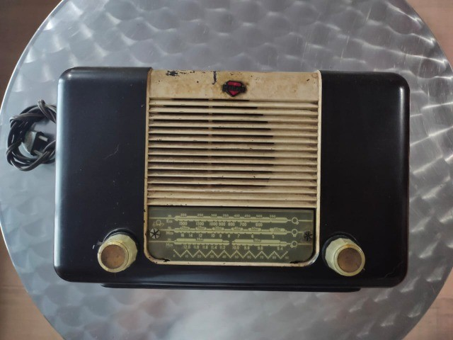 Radio Valvulado Antigo marca Mullard - Foto 2
