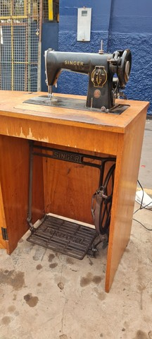 Maquina singer antiga com gabinete - ENTREGO  - Foto 2