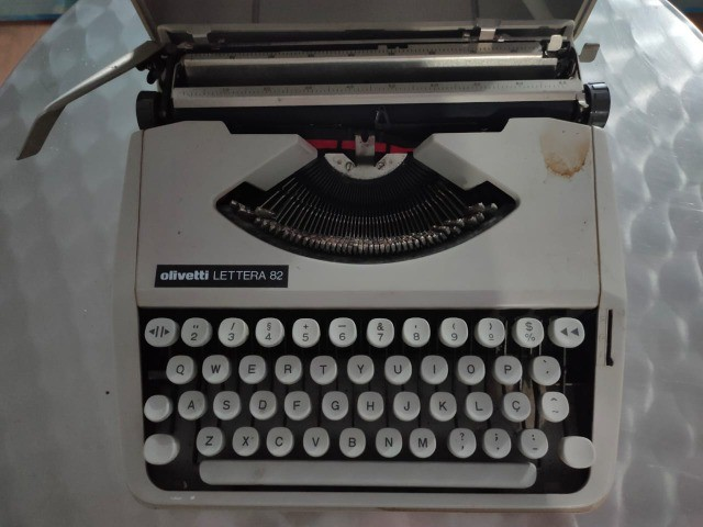 Maquina de Escrever Olivetti com Maleta Original - Foto 4