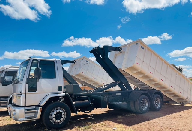 Ford Cargo 2428 6x2 Roll on