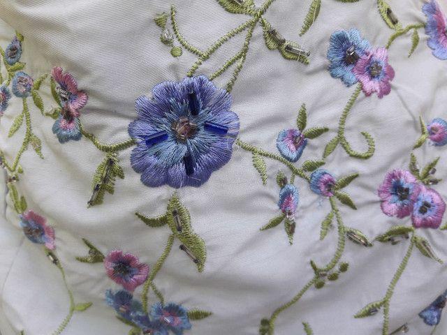 Vestido de festa azul claro com flores bordadas - Foto 2