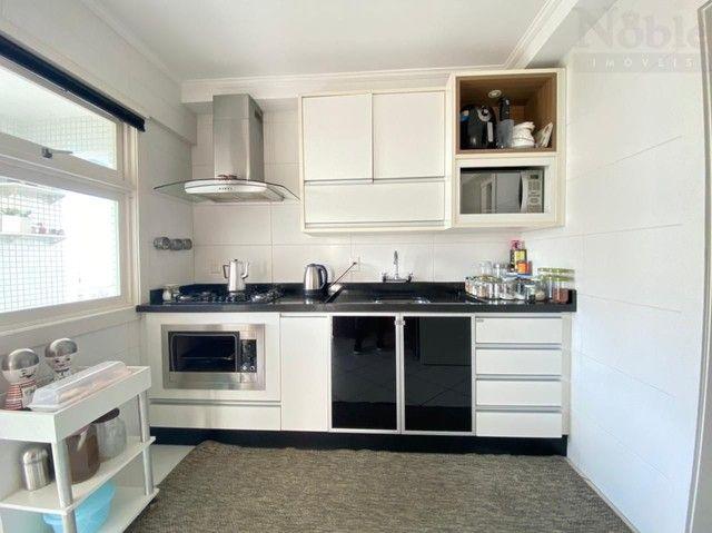 Apartamento com sacada ampla e vista para o mar e rio - Foto 13