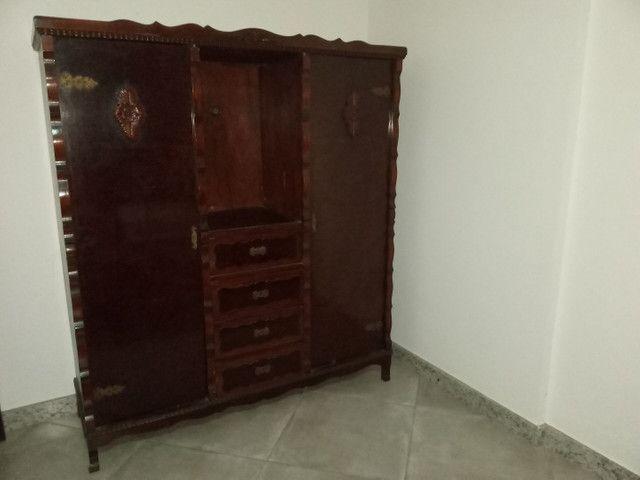 Vendo guarda-roupa antigo.  (31)9  *