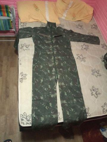 Roupas camufladas, macacão e casaco
