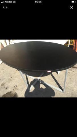 Mesa em MDF e laminado. Possui pés de metal. Ótima qualidade!!!!