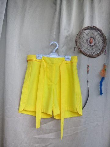 Bermuda amarela de poliéster
