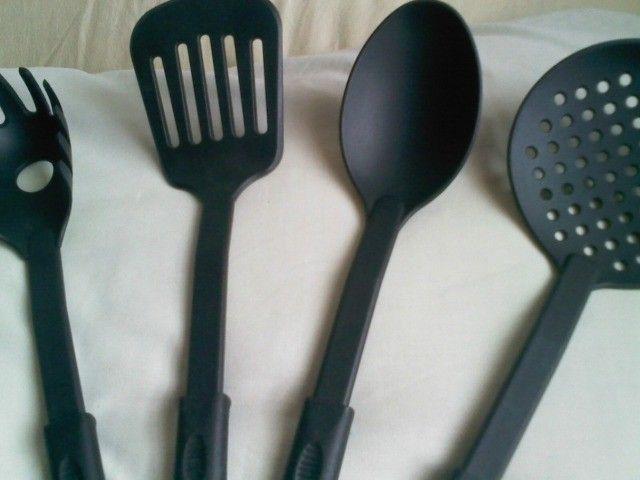 Conj. De: Escumadeira + Colher+espátula+colher P/espaguete  R$ 16,00