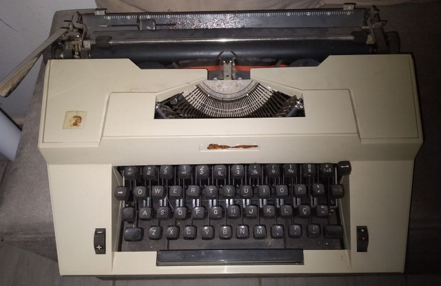 Vendo máquina de escrever (relíquia e antiguidade) - Foto 2