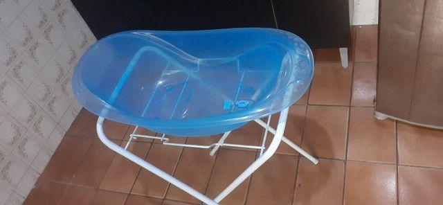Banheira translúcida azul com suporte