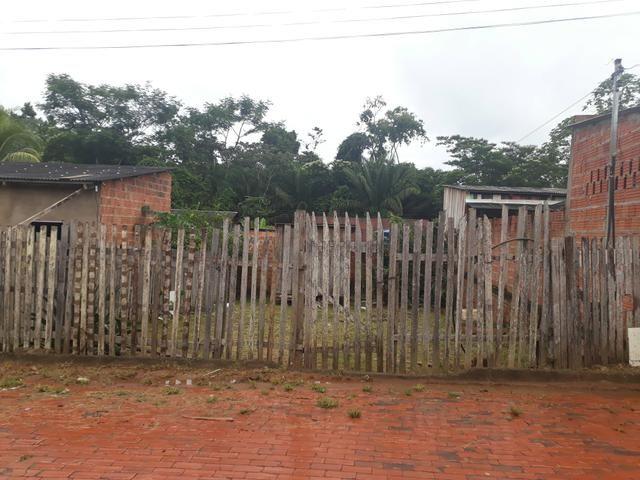 Vende-se um terreno com uma casa de madeira