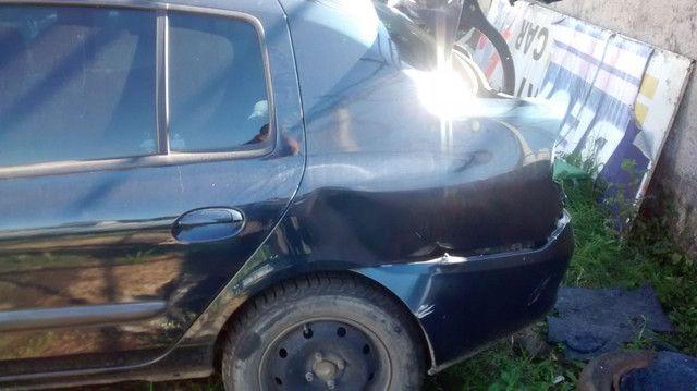 Renault Clio sedã batido
