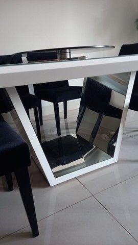 Mesa laca branca com 8 cadeiras veludo preto e detalhes espelhados  - Foto 5