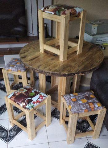 Mesa Bobina de madeira churrasco com 4 o 6 banquetas , promoção 499 RS/ 649 RS - Foto 4
