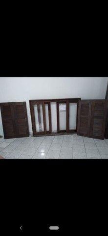 Vendo portas e janelas de madeira com vidros - Foto 3