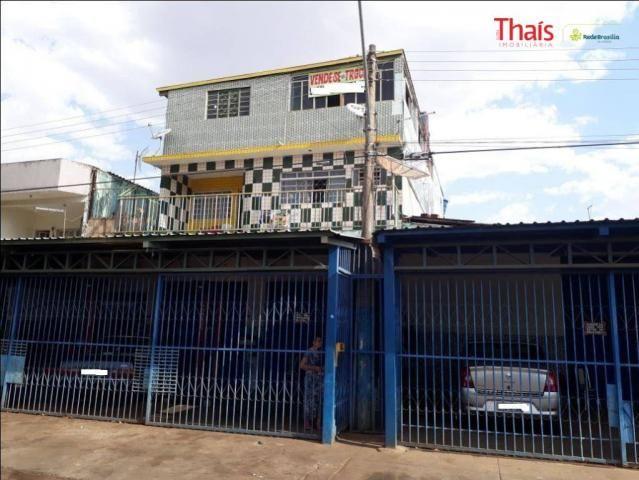 Prédio comercial com espaço para lojas e apartamentos à venda, setor industrial, gama.