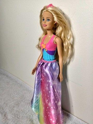 Boneca barbie loira fora da caixa