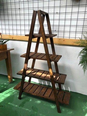 Estante triangular de madeira
