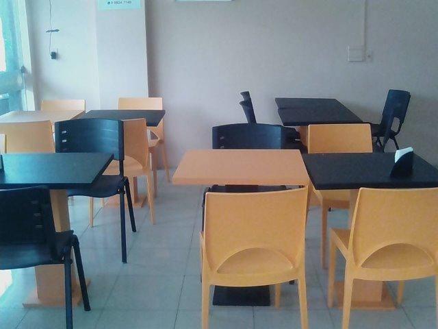 3 mesas e 9 Cadeiras para restaurante ou sala de espera