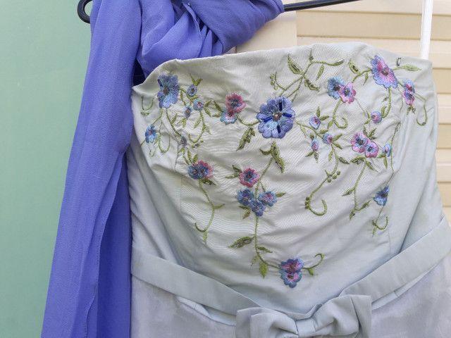 Vestido de festa azul claro com flores bordadas - Foto 5