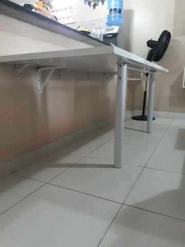 Mesa parafusada na parede.